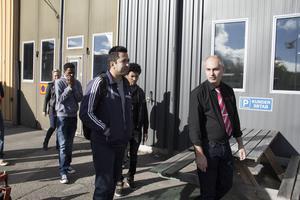 Kalle Khalidy på KR Trafik visar gruppen runt och informerar om yrket som busschaufför.