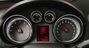 Opel Eye heter systemet som kan läsa vägskyltarna och som via instrumentpanelen talar om för föraren vad som gäller. Här är fartgränsen 70 km/tim.