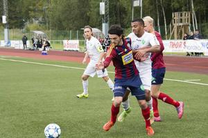 Haris Camo i kamp med Ånges Karl Cunningham i en match i division 2 Norrland i höstas.
