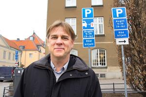 Klas Brink satsar på elbilar under Västerås Summer Meet. Vid Stadshotellet, där många bilentusiaster brukar bo under bilfesten, finns i dag en enda parkering för elbilar. Det kan bli fler.