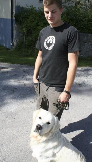 Pontus Wiklund med hunden Bandit. Foto: Birgitta Alenius