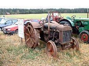 Foto: JÖRGEN LARSSON Den verklige veteranen. Ingemar Persson har en gammal Fordson med järnhjul. Den var inte med i tävlingen, men beundrades av många.