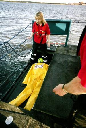 En lem i aktern kan vikas ner så att skadade lätt kan tas ombord på räddningsbåten.