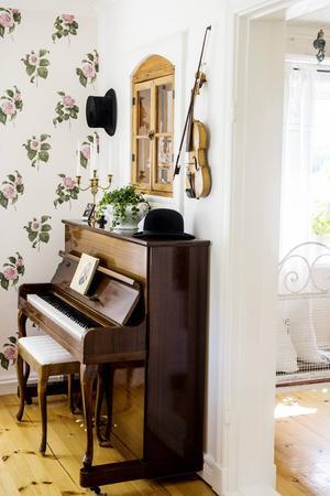 På väggen intill köket har de satt in ett gammalt fönster som Susanne hittade i ladugården.