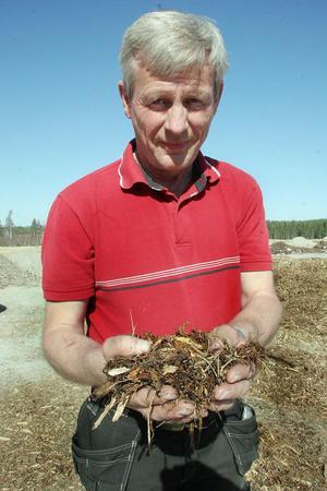 Flisad bark hjälper slammet att i kompost bli till anläggningsjord, berättar Gunnar Söderlund, Wallbergs Åkeri.