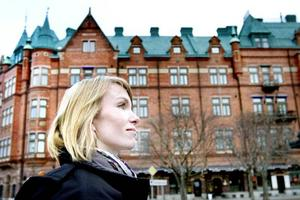 Erika Åberg beundrar Dalapalatsets plåttak.