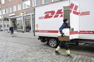 Joakim Clain levererar varor till affärer på Drottninggatan. Han är en av chaufförerna som får det jobbigare om det blir ett motorförbud under affärernas öppettider.