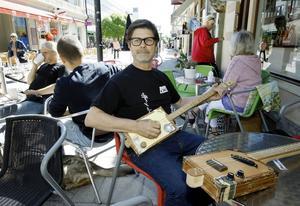 När Tommy har en paus i jobbet kan han gå ut med en kopp kaffe och en gitarr och spela en bit.