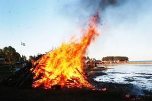 Elden sprakade och brann, flaggan slog ut och havet låg blankt och stilla - kan en valborgsmässoafton bli mer svensk?