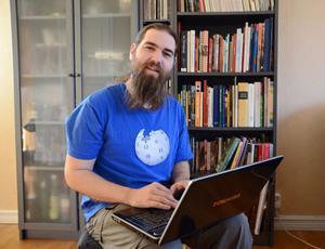 Carl Eklund ägnar en stund varje dag åt att skriva på Wikipedia eller att gå in och plocka bort klotter i form av könsord, förtal eller felaktiga uppgifter.