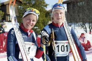 Elvaåringarna Tilde Ingvarsson och Lova Busk från Sveg laddar inför sitt första pilgrimslopp.