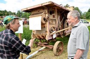 Bo Haraldson försökte med olika medel övertyga bekanta och obekanta att köpa hans något skrymmande gamla tröskverk. Priset var lågt.