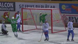 Adam Gilljam firar sitt 6–2-mål. Foto: Skärmdump från bandyplay.se