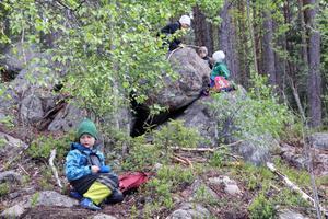 Inte sällan går Utegruppens utflykter till skogen bakom Hybo skola där den medhavda matsäcken dukas upp. Här mumsar sexåriga Melker Bergström på sina ost- och skinkmackor.