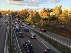En trafikolycka skapade köer på E18 i riktning mot Örebro.