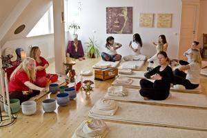 Annika Wallin och Ulrica Gulz instruerar sina elever i yogakonsten.