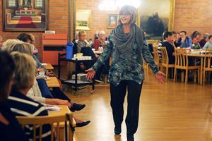 Maneköngerna erbjöd publiken möjlighet att känna på materialet i kläderna.