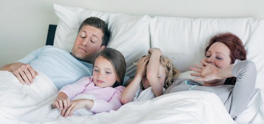 Hela familjen stors av var sons sovande