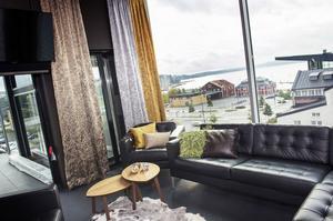 Ett rum kan göras större, mindre, trivsammare eller mysigare - med hjälp av textilier.