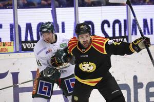 Johan Alcén jobbar för att komma loss från Färjestads Tomas Skogs utan att lyckas riktigt. Precis som det såg ut i matchen också. Men det var otur med i bilden också då Brynäs hade två stolpträffar och dessutom en puck i ribban.