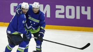 Slovenska hjältar med god insyn i svensk ishockey. Storstjärnan från NHL, Anze Kopitar klappas om av förre Timråjunioren, Rok Ticar, numera hemmahörande i Köln.