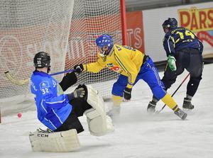 Daniel Andersson kvitterar till 2–2 bakom Kazakstans målvakt Andrey Rein.