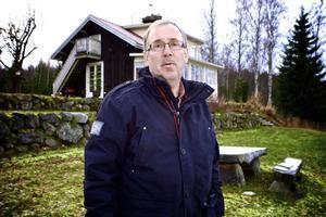 Jan Nordström ser fram emot att få kommunalt vatten och avlopp. Vi som bor här ute i Skvallerbäcken är väldigt positiva, framhåller han.
