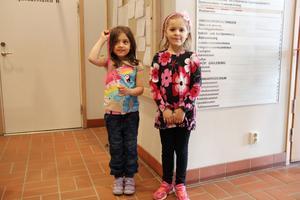 Nadine Olsson och Hannah Ljung, 5 år, tyckte att det var spännande att gå på teater, även om de varit på teater förr.