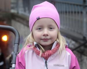 Ella Hauser, 5, förskolebarn, Ockelbo:– Ja, för då kan man göra snögubbar. Och snöänglar. Och snölyktor.