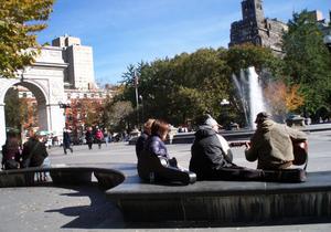 Washington Square. Precis som 1967, när Patti Smith anlände, spelas spontan musik och politisk teater 2011.