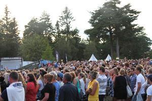 Runt stora scenen samlades publiken