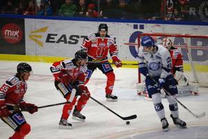 Johan Ryno, till höger, i kamp mot Kalle Olsson och Daniel Sondell.