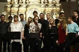 Alla artister avslutade med att sjunga Leonard Cohens Hallelujah. I mitten vid mikrofonerna David Södergren och Karin Wistrand.