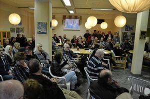 Kort varsel. Med bara en och en halv dags varsel fick kommunen veta att hundra asylsökanden skulle placeras i Ställdalen. Det blev en stor omställning som rört upp känslor, det stod klart på onsdagens möte som lockade många.