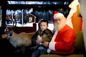 IVRIG. Mattias Lumbrant ville inte vänta till julafton. Han öppnade sitt paket direkt.