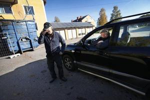 Gunnar Pettersson och Lotta Myhr ser helst att det kommer mer arbetstillfällen till byn. Gunnar jobbar med att riva ut inredningen till det vackra hyreshus från 1950-talet som nu ska rivas.Lotta tycker det är åt skogen.– Tolv lägenheter som rivs och så finns det ingenting att hyra längre i byn.