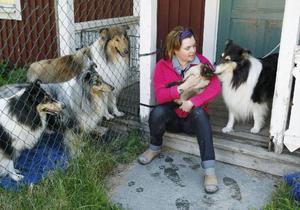 – Det är svårast att prata med sina egna djur. Det bästa är att inte veta något om de katter eller hundar jag ska ha kontakt med, säger Ulrika Nyqvist. Själv har hon sex hundar och fyra katter hemma på gården.