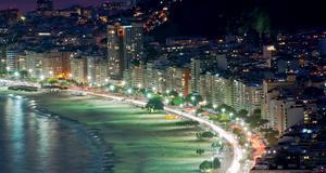 Copacabana beach, och närliggande Ipanema beach i Rio de Janeiro. Hit kommer varje år miljontals människor för att fira nyår.