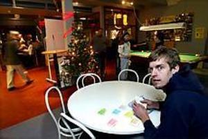 Foto: GUN WIGH Ombytt. Daniel Wiberg tar det lugnt innan nyårsfirandet. Men på nyårsaftonen ska han svida om till kostym och ta emot de ungdomar som vill fira drogfritt på Treffen