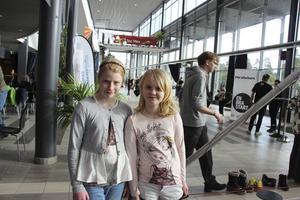 Joline Oskarsson och Mikaela Nordenmark dansar och tränar gymnastik i vanliga fall. Men i dag har de testat på att fäktas.