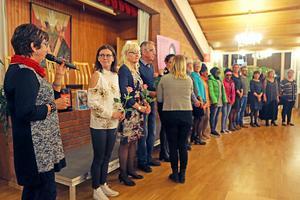 Efter visningen ställde alla modeller upp och fick en rejäl applåd tillsammans med varsin blomma.