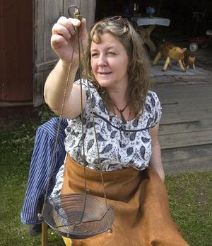 Anna Sundman Marknäs från Malmö men sommargäst i Vallsta, visar upp sin luffarslöjd som hon kallar trådtjack. Hon har gjort en blomampel som även kan användas som fruktfat. Jag gör även, ljuskronor, grytunderlägg och skålar med trådtjack, säger hon.