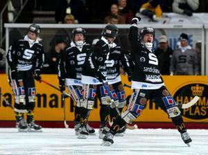 Mars 2002: SAIK vinner ett nytt SM-guld efter 8–4 mot Västerås, och Magnus Muhrén gör tre av målen.