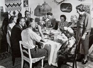 Familjen Dahlhjelm fick i Sandviken besök av tidningen Life. Då togs den här bilden. Tidningen gjorde ett reportage om de som återvänt till Sandviken från Amerika.