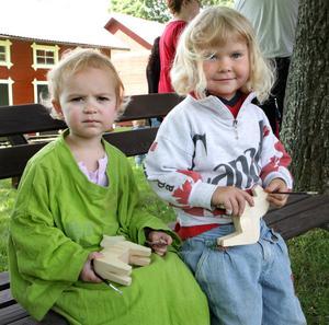 Dalakonstnärer. Ellen Tuomi och Nina Pettersson fanns på plats för att utveckla konstnärskarriären. Foto:Gunne Ramberg
