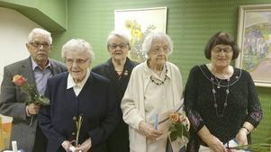 Här är några av de medlemmar som belönades för långt och troget medlemskap. Från vänster Gunnar Eriksson, Rut Sefastsson, ordförande Anna Österholm, Margit Samuelsson och May-Lis Kullström.