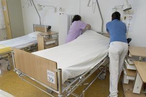 Debattörerna vill att vårdbiträden tar över enklare sysslor på sjukhusen, så att sjuksköterskor och undersköterskor kan ägna sig åt vården av patienter.