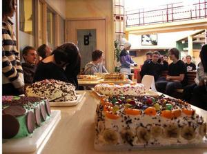 Eleverna i 9 G och 9 H väntade förväntansfulla på att eleverna från 3– 4:an och 5:an skulle komma till deras tårtkalas.