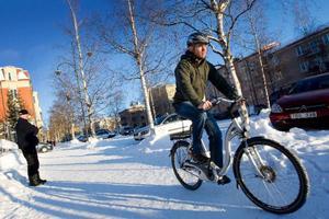 """Kommunens elcyklar har blivit en succé. """"Det är jätteroligt att det fungerat så pass bra. Och nu har det visat sig att fler vill köpa elcyklar, säger Petter Björnsson"""". Foto: Håkan Luthman"""