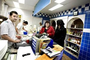 MÄTTA. Christina och Anna Holm är mätta och belåtna efter varsin pizza på nyårsdagen. Dilan Karim tar betalt.